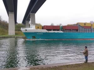 Heringsangeln in Kiel am Nord-Ostsee-Kanal an der Holtenauer Hochbrücke
