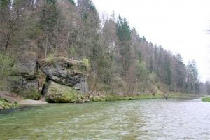 Markanter Platz an der Deutschen Traun unterhalb Traunstein: der Klobenstein