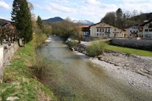 Blick stromauf von der Brücke im Ortskern von Siegsdorf