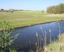 Die Havel kurz vor dem hübsch auf einem Hügel gelegenen Dorf Babke